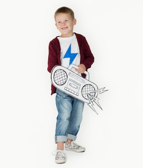 Retrato, de, um, pequeno, loiro, caucasiano, menino, com, um, rádio, isolado