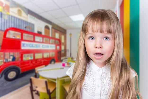 Retrato, de, um, pequeno, menina escola, em, um, classe