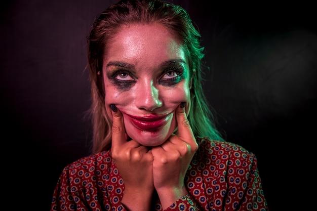 Retrato de um personagem de horror maquiagem palhaço sorrindo