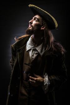 Retrato de um pirata barbudo em fundo preto