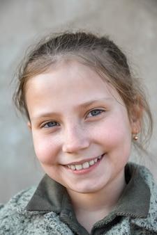 Retrato de um pouco, jovem garota sorridente fofa, close-up.outdoor