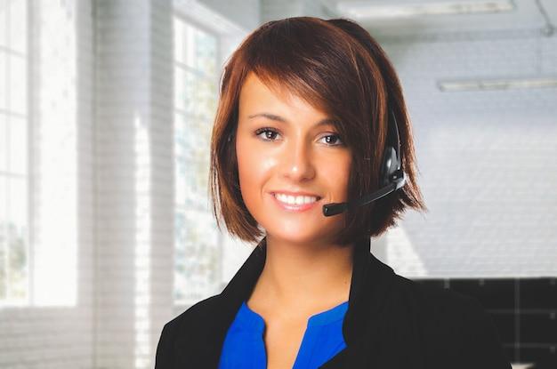 Retrato de um representante do cliente bonito no trabalho