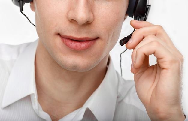Retrato de um representante ou operador de atendimento ao cliente do sexo masculino