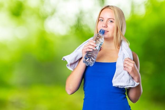 Retrato, de, um, saudável, mulher jovem, bebendo, água