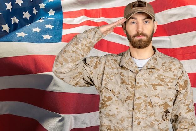 Retrato, de, um, soldado masculino, saudando