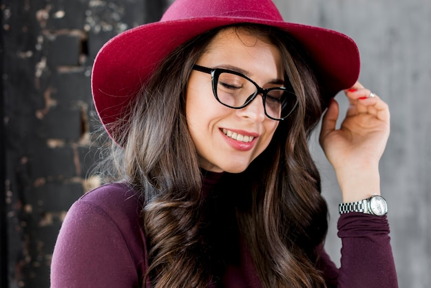 Retrato, de, um, sorrindo, bonito, mulher jovem, com, chapéu cor-de-rosa, e, óculos pretos