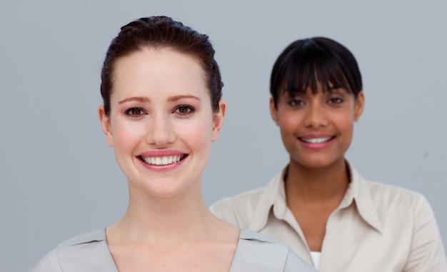 Retrato, de, um, sorrindo, caucasiano, e, um, afro-american, mulheres negócios