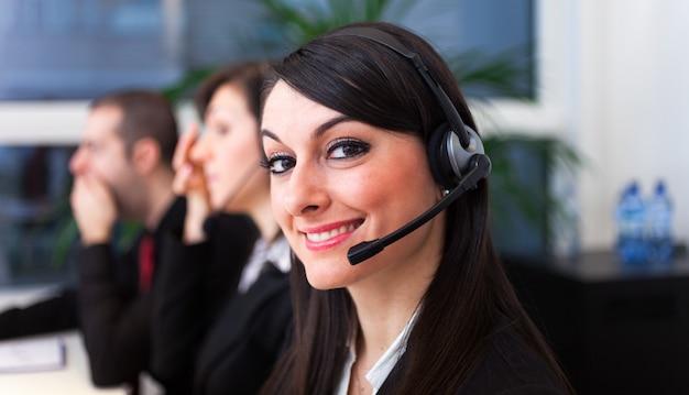 Retrato, de, um, sorrindo, cliente, representantes, no trabalho