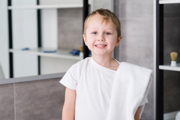 Retrato, de, um, sorrindo, cute, menino, com, branca, toalha, sobre, seu, ombro, ficar, em, a, banheiro