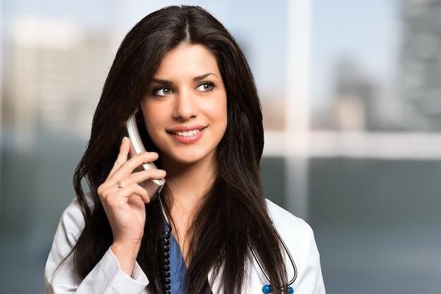 Retrato, de, um, sorrindo, doutor, conversa telefone