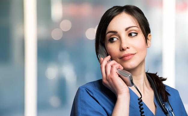 Retrato, de, um, sorrindo, enfermeira, conversa telefone