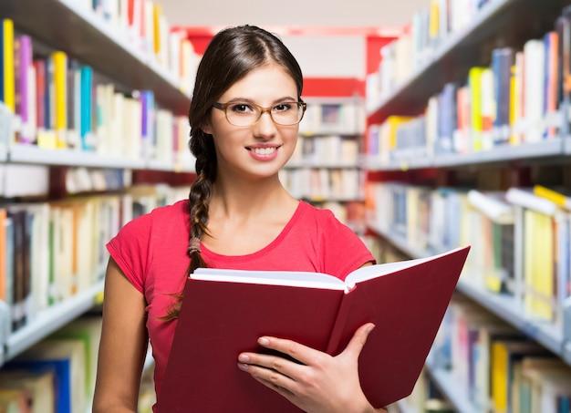 Retrato, de, um, sorrindo, estudante, em, um, biblioteca