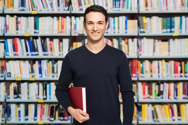 Retrato, de, um, sorrindo feliz, estudante, em, um, biblioteca