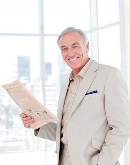 Retrato, de, um, sorrindo, gerente, jornal leitura