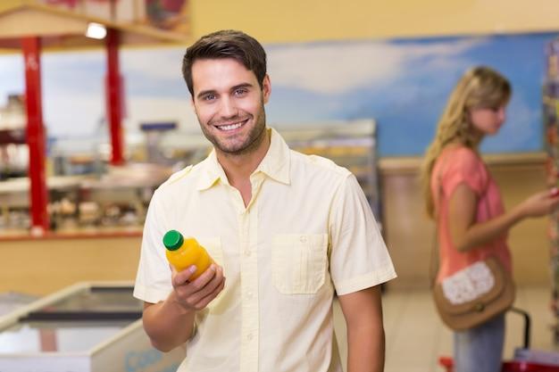 Retrato, de, um, sorrindo, handome, homem, comprando, produtos