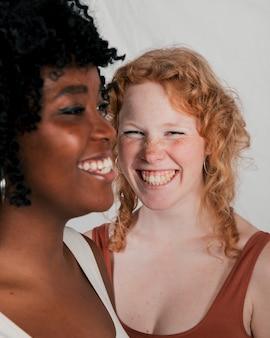 Retrato, de, um, sorrindo, jovem, africano, e, loiro, mulheres