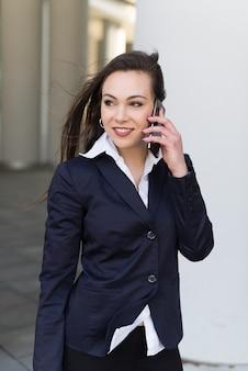 Retrato, de, um, sorrindo, jovem, mulher negócio, conversa telefone