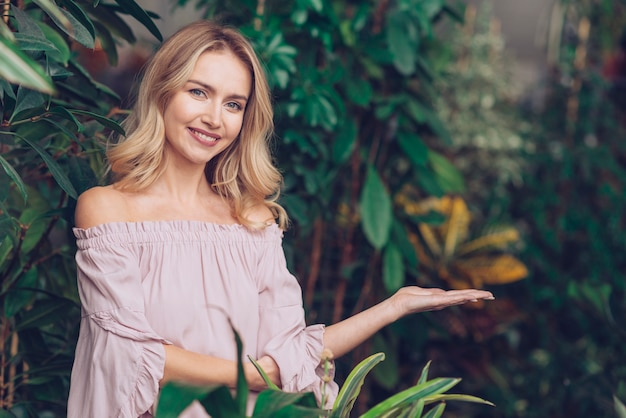 Retrato, de, um, sorrindo, loiro, mulher jovem, ficar, em, a, jardim, apresentando