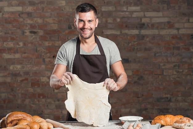 Retrato, de, um, sorrindo, macho, padeiro, preparar, pão, em, panificadora