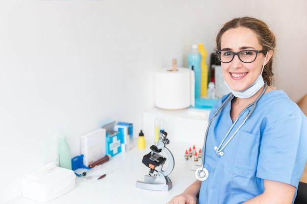 Retrato, de, um, sorrindo, médico feminino, em, um, laboratório