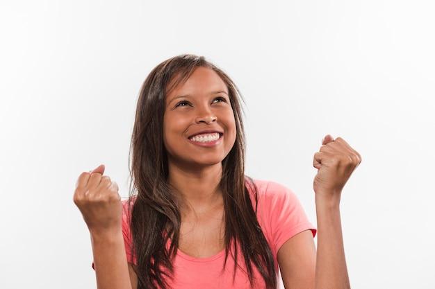 Retrato, de, um, sorrindo, menina africana, celebrando, vitória