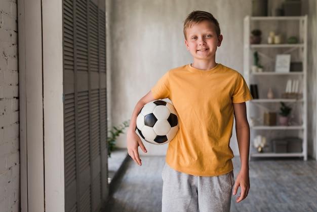 Retrato, de, um, sorrindo, menino, com, bola futebol