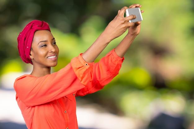 Retrato, de, um, sorrindo, mulher americana afro, fazendo, selfie, foto