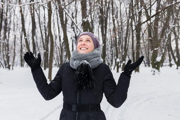 Retrato, de, um, sorrindo, mulher bonita, tendo divertimento, em, inverno, estação
