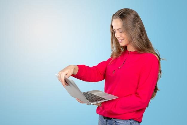 Retrato, de, um, sorrindo, mulher jovem, ficar, com, laptop
