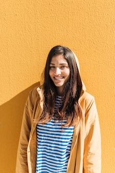 Retrato, de, um, sorrindo, mulher jovem