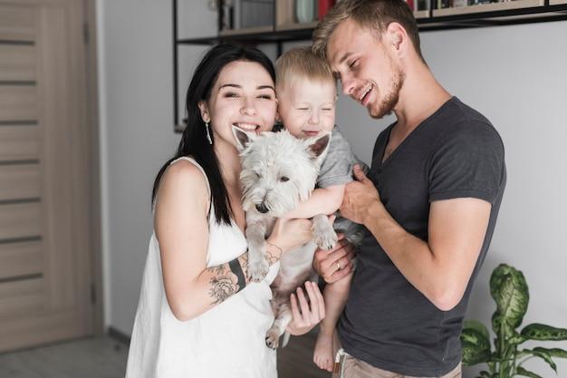 Retrato, de, um, sorrindo, pais, carregar, seu, filho, e, cão
