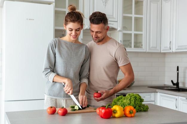 Retrato, de, um, sorrindo, par amoroso, cozinhar salada