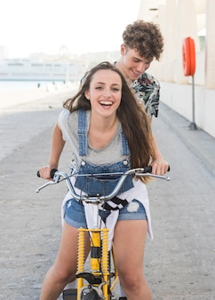 Retrato, de, um, sorrindo, par jovem, bicicleta equitação