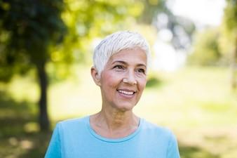 Retrato, de, um, sorrindo, sporty, mulher sênior, em, um, parque