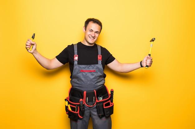 Retrato de um técnico de trabalho levantando um hummer isolado em um fundo azul