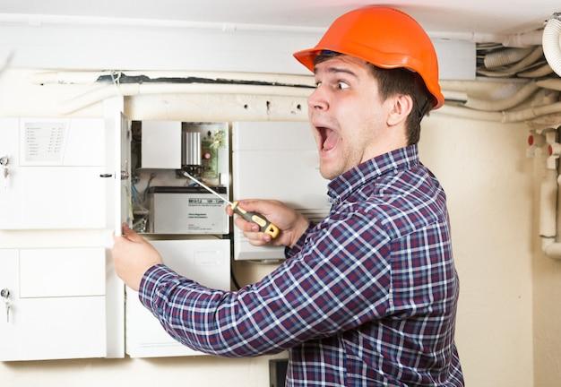 Retrato de um trabalhador braçal sendo atingido por alta tensão enquanto consertava um transformador em casa