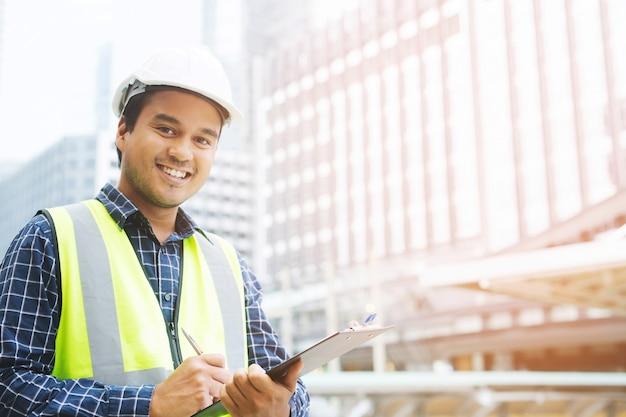 Retrato de um trabalhador da construção civil asiático