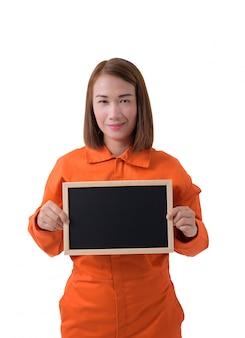 Retrato, de, um, trabalhador mulher, em, mecânico, jumpsuit, é, segurando, chalkboard