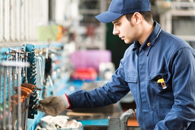 Retrato de um trabalhador procurando a ferramenta certa