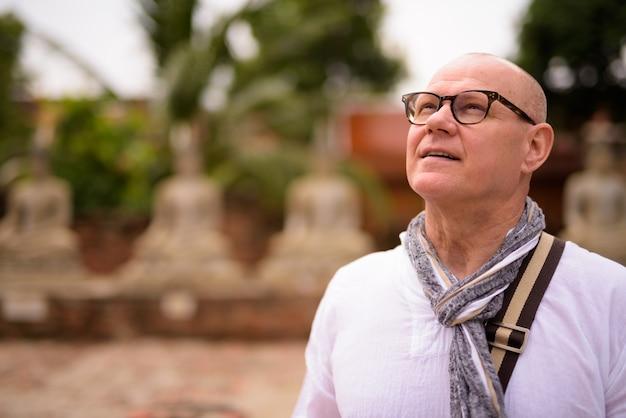 Retrato de um turista escandinavo sênior passando férias na cidade de ayutthaya, na tailândia
