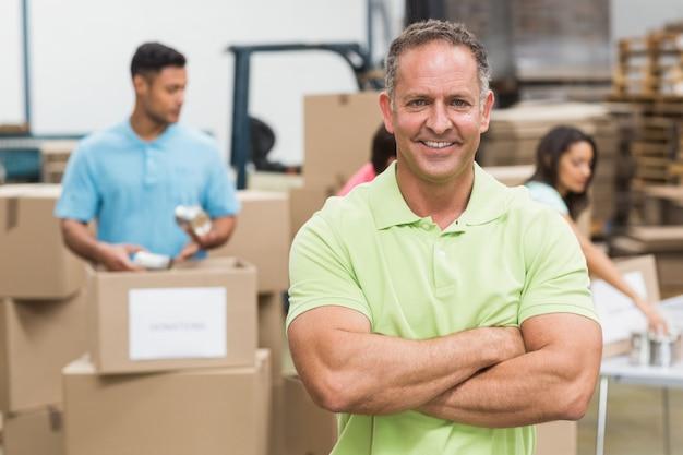 Retrato de um voluntário sorridente com os braços cruzados