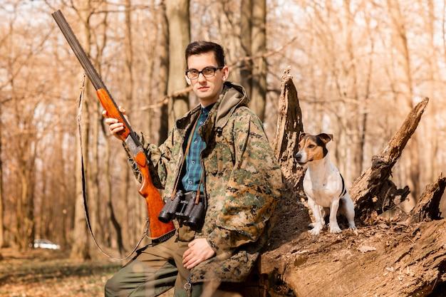 Retrato, de, um, yang, caçador, com, um, cão, floresta