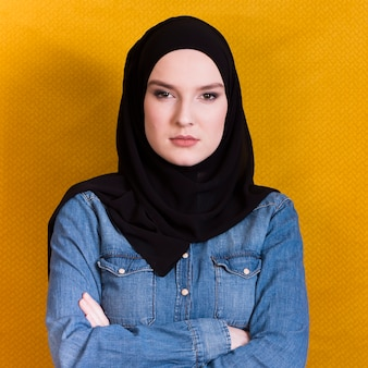 Retrato, de, um, zangado, muçulmano, mulher, com, braço cruzou