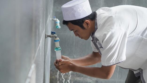 Retrato de uma ablução muçulmana asiática na mesquita antes de orar