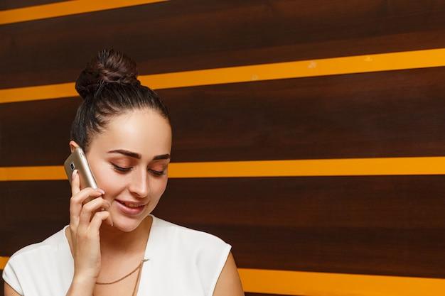 Retrato de uma administradora falando ao telefone