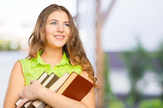 Retrato de uma adolescente alegre com um livro