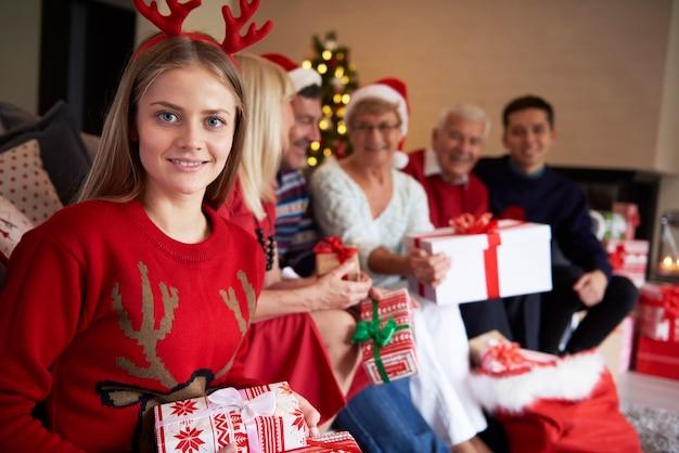 Retrato de uma adolescente e sua família em segundo plano