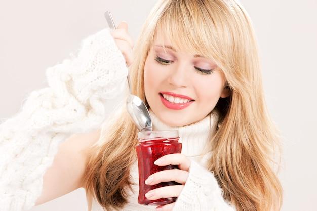 Retrato de uma adolescente feliz com geleia de framboesa