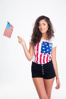 Retrato de uma adolescente feliz segurando a bandeira dos eua