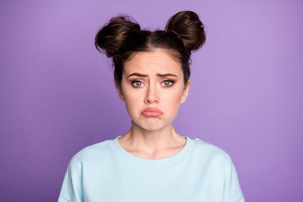 Retrato de uma adolescente triste e frustrada ouve uma notícia horrível de epidemia de vírus corona chorar usar roupas bonitas isoladas sobre fundo de cor violeta